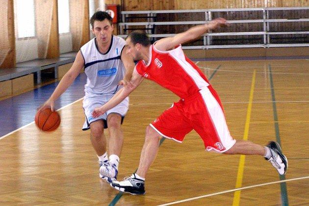 Basketbalisté Poděbrad prohráli oba zápasy s Teslou Pardubice. Na snímku bojuje s hostujícím hráčem domácí Ondřej Dub (vlevo)