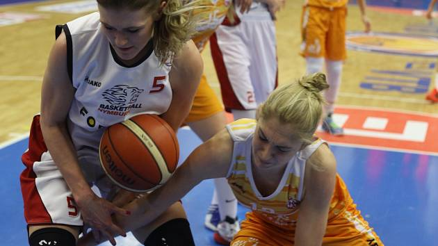 Z basketbalového utkání play off nejvyšší soutěže žen Nymburk - VŠ Praha (70:55)