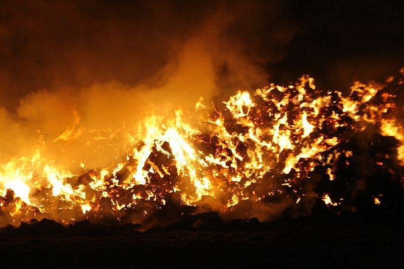 Požár stohu v Pátku v srpnu 2008 hasili tři dny.