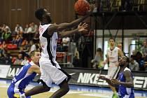 TŘI DOMÁCÍ VÝHRY. Basketbalisté Nymburka (v bílém) hráli v letošní sezoně doma potřetí a i tentokrát utkání dovedli do vítězného konce
