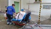 Převoz obézního pacienta za asistence hasičů.