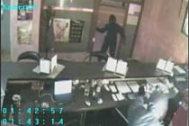 Záběry bezpečnostní kamery z jedné herny, kterou trojice mladíků přepadla