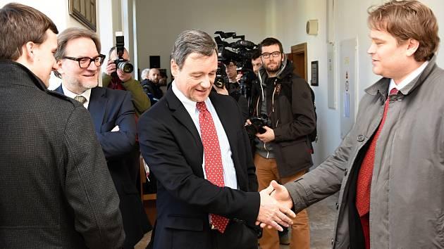Závěrečné řeči začaly v úterý u Krajského soudu v Praze v kauze údajných korupčních manipulací se zakázkami Středočeského kraje, kde mezi 11 obžalovanými nejviditelněji vyčnívá někdejší hejtman David Rath.