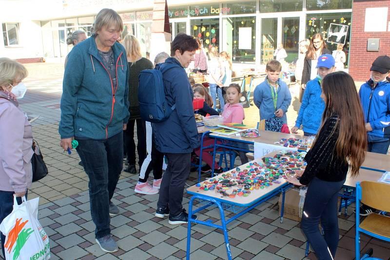 V pátek se žáci 4.A ze Základní školy Letců R.A.F. dočkali. Před školou vytvořili velký stánek, v němž nabízeli jak pečené dobroty včetně třeba perníčků, tak i svoje výrobky.
