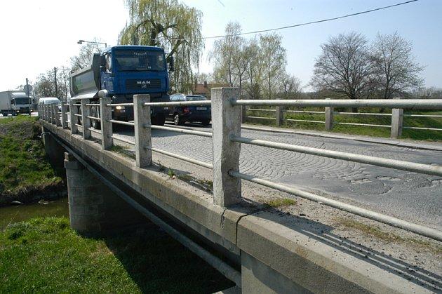 Podle neoficiálních informací by se s opravou mostu mělo začít na začátku září, trvat by měla do konce roku.