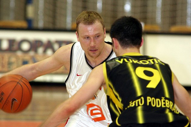 Nymburský Pavel Beneš (vlevo) se v závěru utkání zaskvěl deseti body.