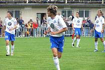 TOMÁŠ SEDLÁČEK (vpředu) se nedávno představil v dresu Mladé Boleslavi na turnaji v Čelákovicích. Zahrál si proti Brnu i ve finále turnaje proti pražské Slavii.
