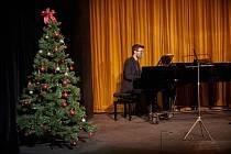 Online koncert z Divadla Na Kovárně je také coby záznam na Facebooku divadla.