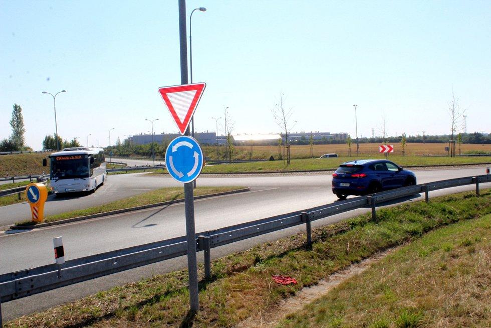 Na tomto kruhovém objezdu končí současná část obchvatu Nymburka. Právě tady má navazovat nová silnice s obchvatem Všechlap a Krchleb.
