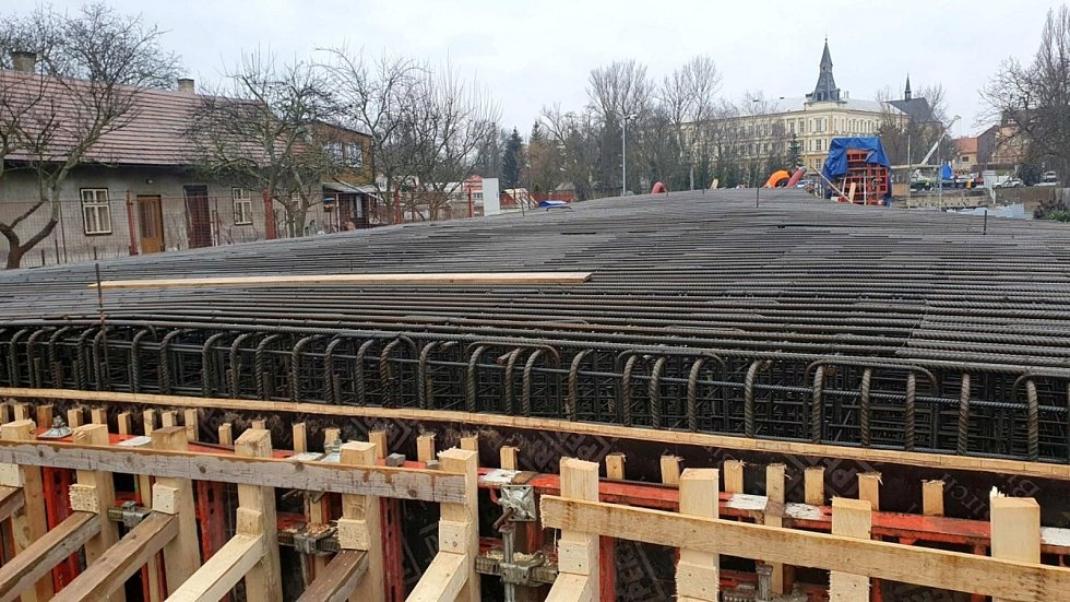 Konstrukce budoucí lávky přes řeku Labe v Nymburce.