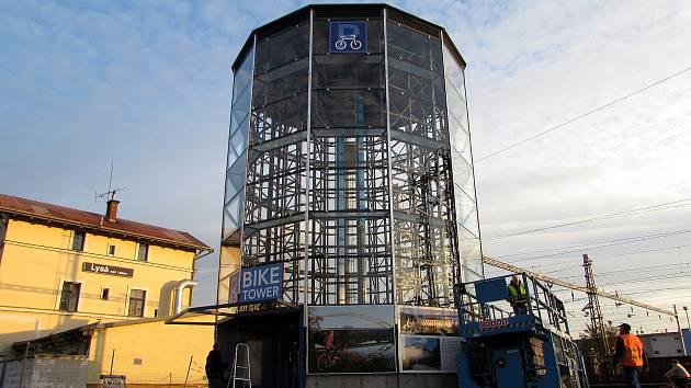 Parkovací věž pro kola roste u lyského nádraží.
