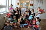 Žáci a kantoři ze ZŠ T.G.M. věnovali krmení pro zvířata.