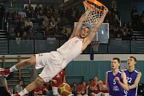 DEBUT. Sedmnáctiletý basketbalista Matěj Svoboda (v bílém) má za sebou první utkání za mužský A – tým Nymburka. V Jindřichově Hradci si zahrál šest minut.