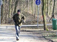 Změřit tlak, na start, oběhnout dvakrát kilometrovou trasu lesem a asfaltovou stezkou Aleje Esperanto a v cíli znovu změřit tlak.
