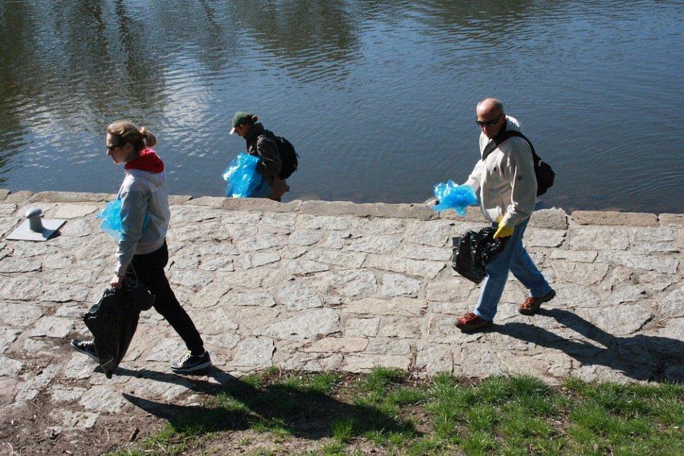 Akce Ukliďme Česko se v Nymburce zúčastnila třicítka dobrovolníků.