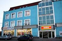 Supermarket na náměstí v Sadské