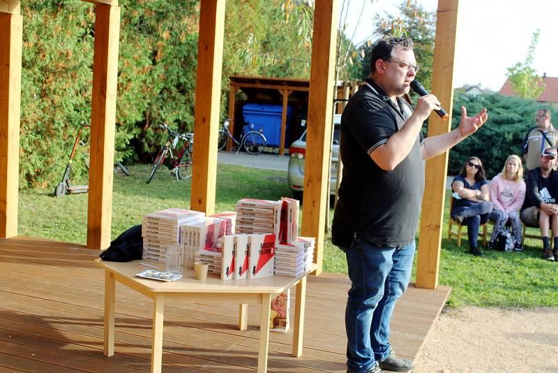 Řemeslný jarmark v zahradě Mateřské školy Větrník a beseda investigativního novináře a spisovatele Jaroslava Kmenty.