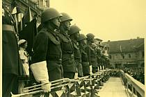 Den brannosti v Nymburce, nástup trubačů na náměstí. Je únor 1939.