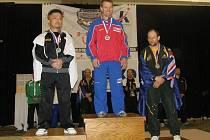 ZLATÝ. Silový trojbojař nymburského Sokola Karel Ruso (uprostřed) získal na mistrovství světa zlato ve dřepu.