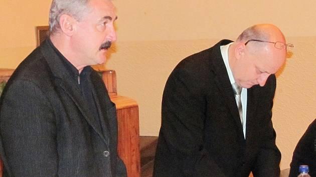 """""""Nově"""" zvolený ředitel Otakar Mareš (vlevo) a vedle něj starosta Milan Pavlík při jednání."""