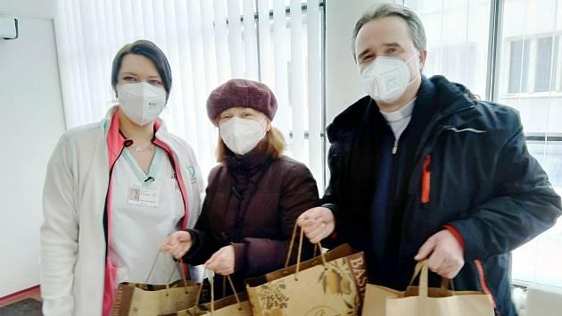 Předání daru od zástupců církví v nymburské nemocnici.