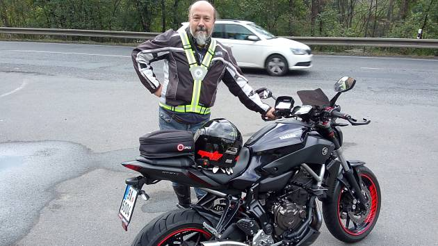 Policisté rozdávali retroreflexní kšandy motorkářům.