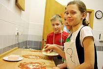 Pečení pizzy a malování zástěr nebo výrobu prostírání si děti užily v úterý.