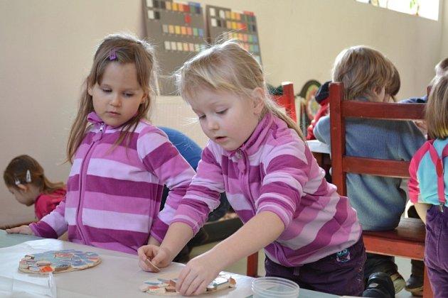 Děti si vyzdobily mozaikou své vajíčko
