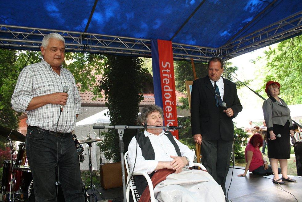 Ze setkání Hrabalovo Kersko na zahradě Lesního ateliéru Kuba před čtyřmi lety.