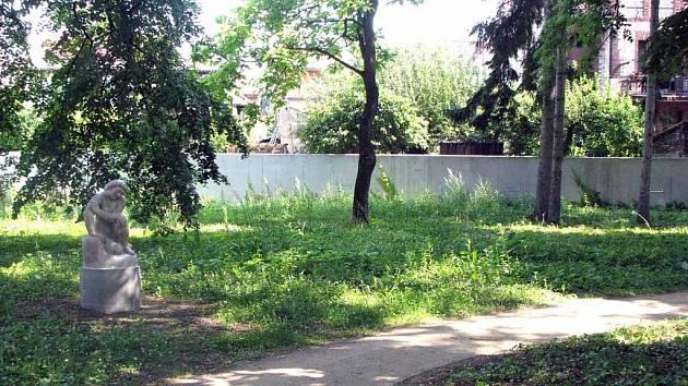 Tak vypadá stinný kout zrekultivovaného lázeňského parku. Plevel a někde i metr vysoká tráva.