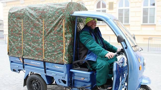 Dopředu se vejdou dva lidé, vzadu mohou vozit jakýkoli odpad, sekačku nebo nářadí.