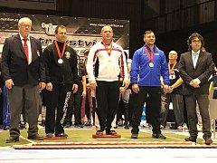 JAROMÍR SRŠEŇ (v bílém), silový trojbojař Sokola Nymburk,  vybojoval na mistrovství republiky Masters zlatou medaili