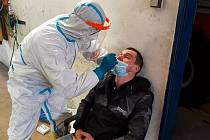 Stále velký počet nakažených nutí nejen běžné obyvatele, ale i zaměstnance složek Integrovaného záchranného systému k pravidelnému testování.