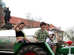 SPANILÁ JÍZDA jedenácti traktorů vzbudila pozornost v centru Poděbrad v úterý dopoledne.