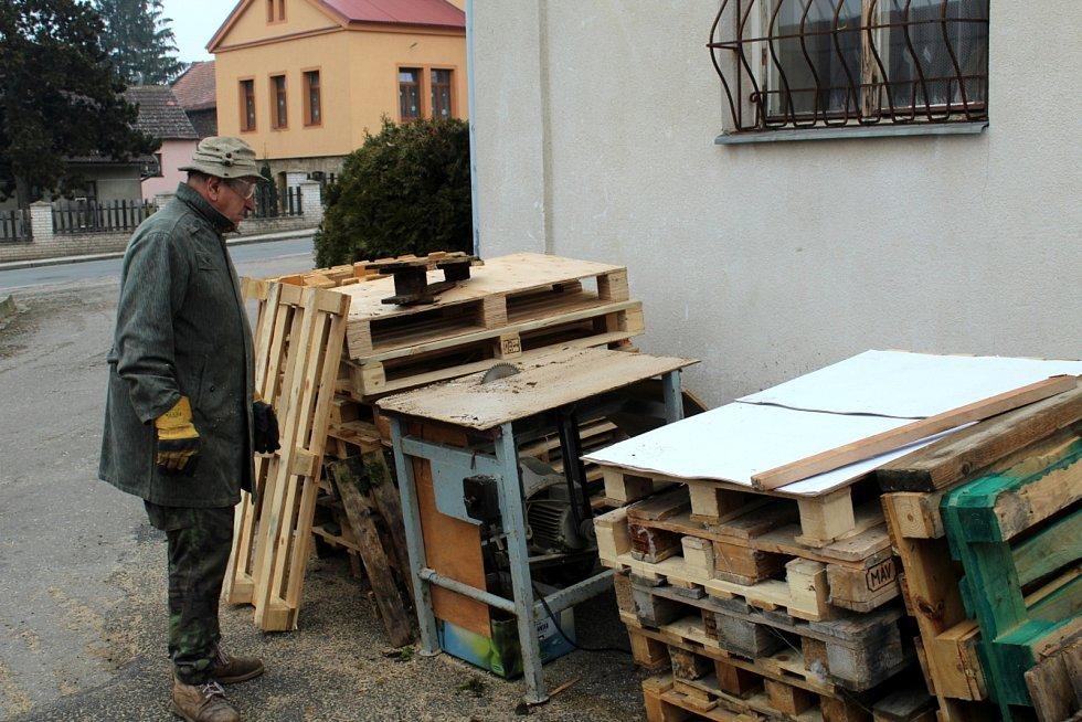 Obec Vykáň leží v cípu na hranici okresů Nymburk, Kolín a Praha-východ.
