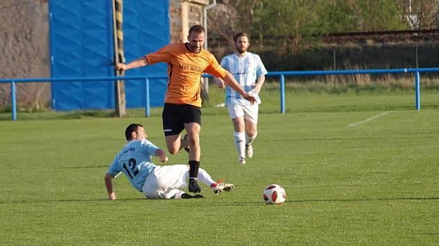 Z fotbalového utkání I.B třídy Sadská - Sokoleč (2:0)
