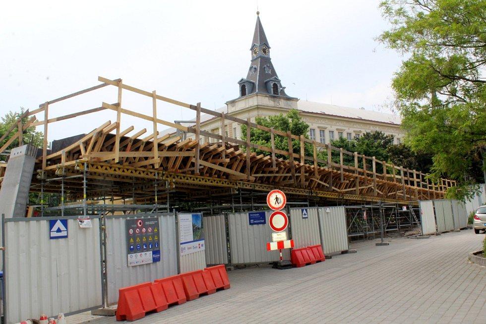 Situace viděná z parkoviště pod Eliškou.