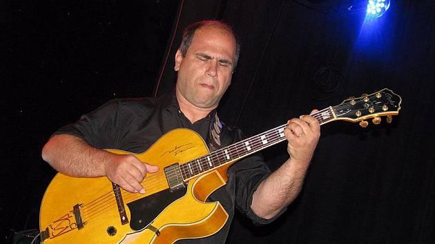 Kytarista Nelson Faria spontánně roztleskával posluchače v Lysé
