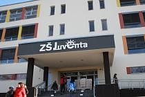 Základní škola Juventa v Milovicích byla slavnostně otevřena.