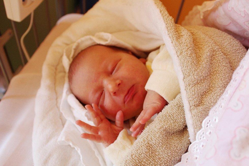 MAXIMUS JE NOVÝ BRATR NICOLASE. Maximus Emmerig z Čelákovic přišel na svět 29. září 2017 ve 12.53 hodin. Vážil 3 830 g a měřil 48 cm. Je druhým kloučkem v rodině Ámose a Boženy po devítiletém Nicolasovi.