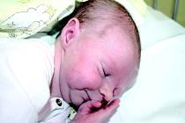 ŠIMON JE DOMA V MILOVICÍCH. Šimon Splítek přišel na svět 26. října 2013 v 6.26 hodin. Vážil 3 190 g a měřil 48  cm. Rodiče Alena a Jiří ho odvezli domů do Milovic za sestrou Soňou.