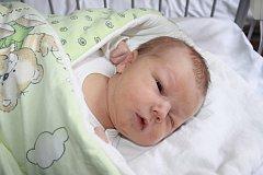 ONDŘEJ JE Z TUKLAT. Ondřej HODAČ přišel na svět 14. června 2015 v 18.31 hodin. Není žádný drobek, vážil 4 220 g a měřil 52 cm. Maminka Lenka a tatínek Jan věděli, že jejich první miminko bude kluk. Ondřej se nejmenuje nikdo z rodiny, Ondrášek je první.