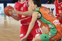 Nymburský Radoslav Rančík (s míčem) si připsal ceněný double-double.