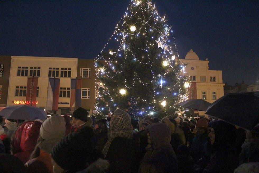 Od nedělního večera svítí na nymburském náměstí Vánoční strom.