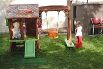 Děti ze Šikulky na zahradě u vily Tortuga