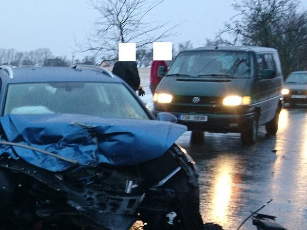 Kriminalisté hledají svědka, který loni pomáhal u nehody