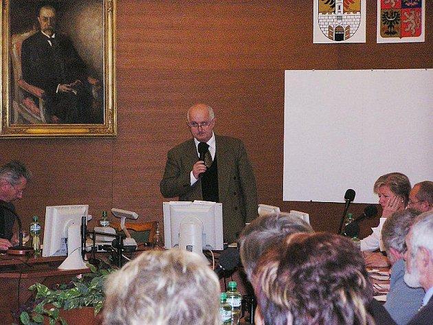 Ustavující zastupitelstvo s velkým zájmem veřejnosti zvolilo Ladislava Langra starostou Poděbrad.