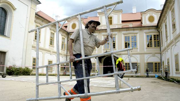 Práce na loučeňském zámku finišují. V sobotu se otevře veřejnosti.