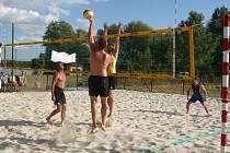 PÍSKOVÉ KURTY na poděbradském Jezeře opět patřily beachvolejbalistům, kteří zde sehráli další z řady turnajů poděbradské ligy. Mužské finále přineslo překvapení