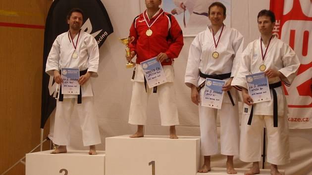 BRONZ. Nymburský  Jiří Bašus (druhý zprava) skončil na mistrovství republiky na třetím místě